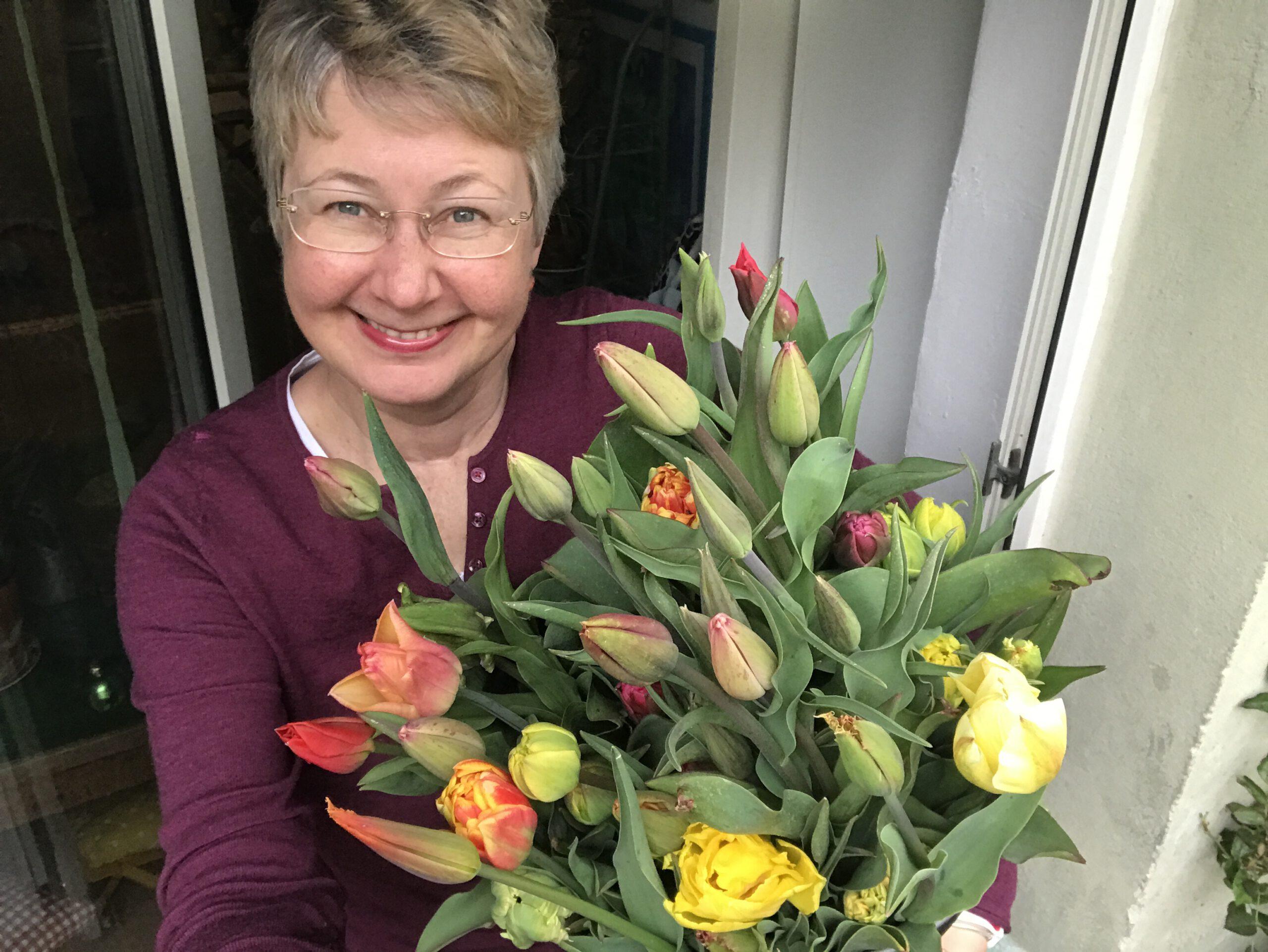Susanne mit Tulpen